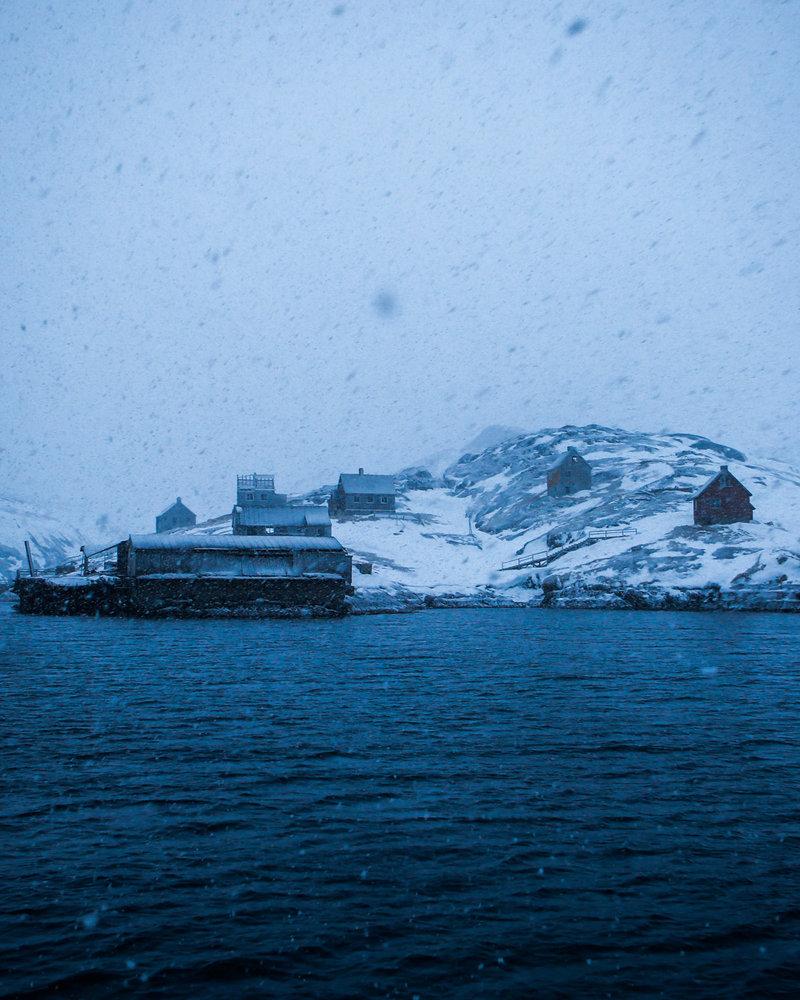 """Kangeq, cerca del primer asentamiento danés, fue """"cerrado"""" en 1973. Imagen de John W. Poole/NPR"""