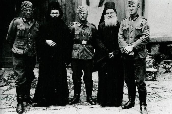 Pie de foto: oficiales nazis posando con monjes athonitas en la Pascua de 1941. John Sanidopoulos